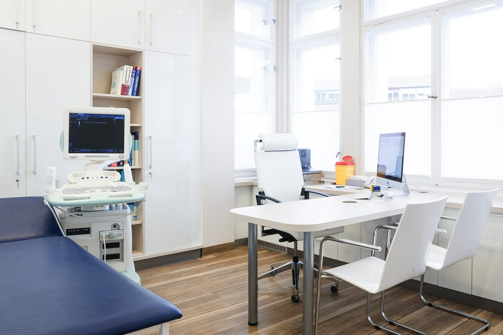 Einer der modernen Behandlungsräume in Berlin in der Praxisklinik von Hautarzt Dr. Hasert